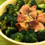 西兰花香肠炒面(xīlánhuā xiāngcháng chǎomiàn) – Gebratene Nudeln mit Broccoli und Würsten