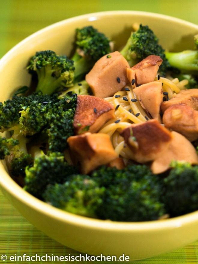 Gebratene Nudeln mit Broccoli und Würsten (1 von 4)