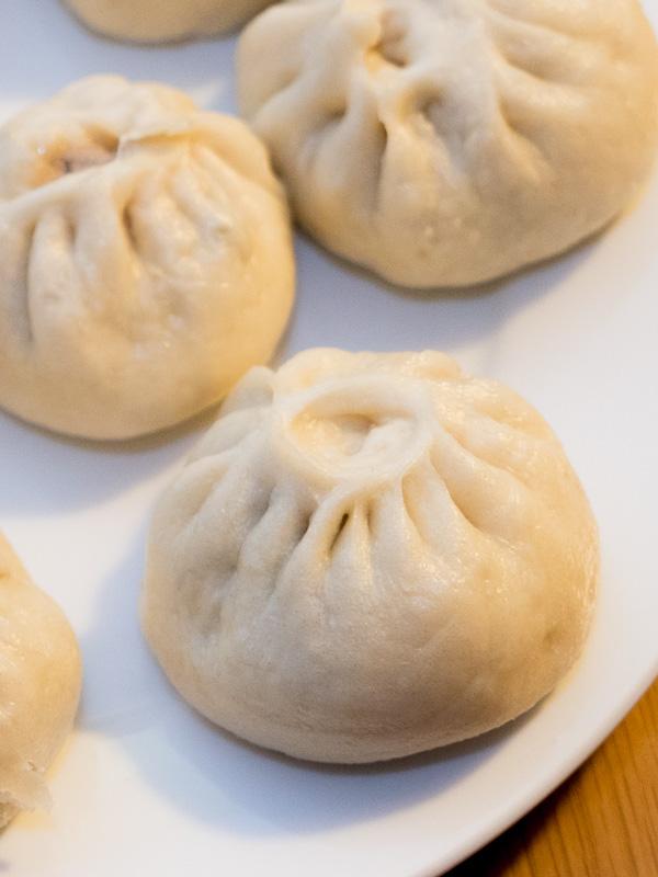 猪肉豆角包子( zhūròu dòujiǎo bāozi) – Gefüllte Hefeteigtasche mit Schweinefleisch und Bohnen