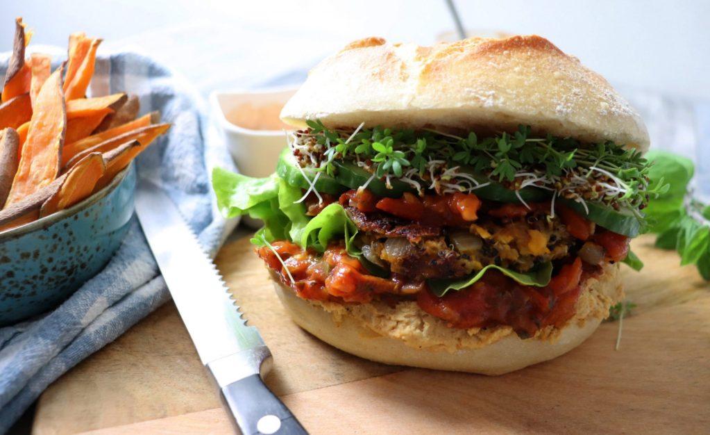 Veganer Burger mit Süßkartoffel-Pilz-Patty