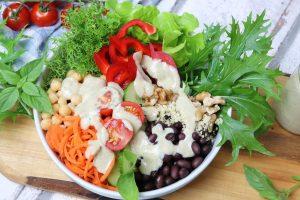 Salat-Bowl mit cremigem Seidentofu-Dressing