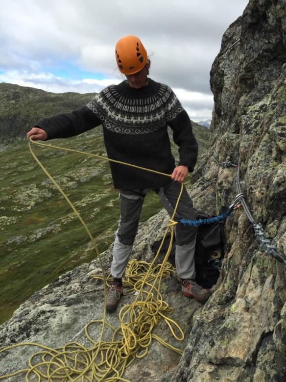 Trolls bereitet das Abseilen im Klettersteig Hemsedal vor. www.einfachmalraus.net