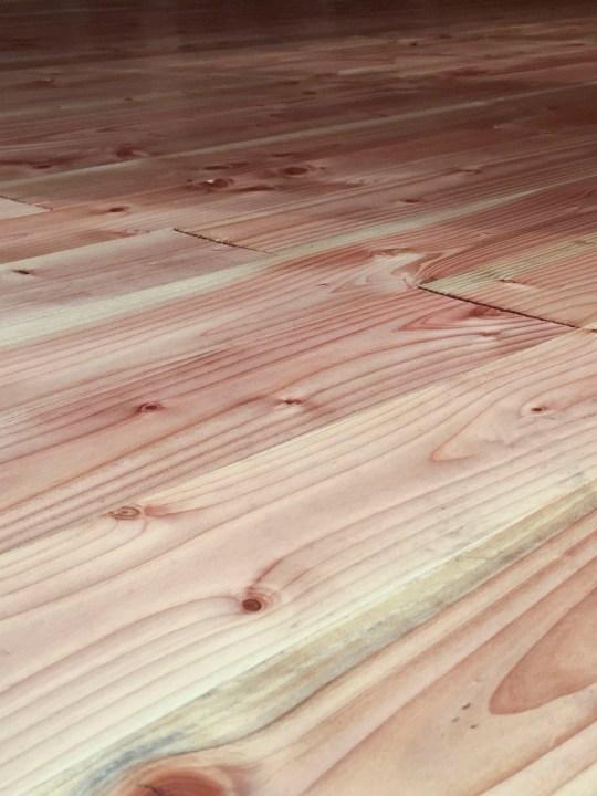Blick über einen frisch verlegten Holzfußboden