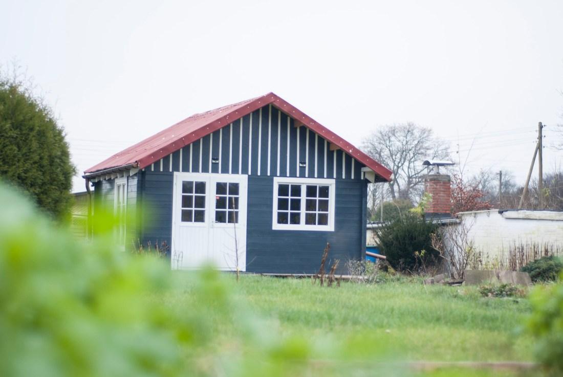 Eine noch nicht ganz fertig gestellte Holzhütte in einem Garten –ein Symboldbild für die Gartenplanung 2018.