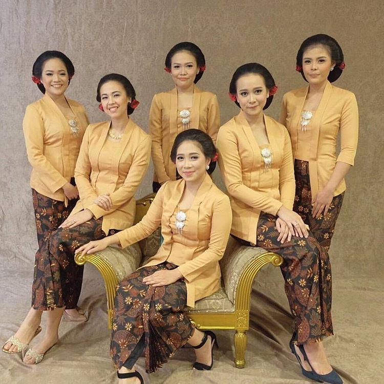 10 Cara Cantik Mendandani Bridesmaid di Pernikahan Tradisional Gambar 21