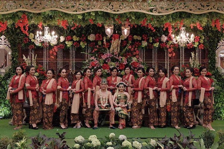 10 Cara Cantik Mendandani Bridesmaid di Pernikahan Tradisional Gambar 16