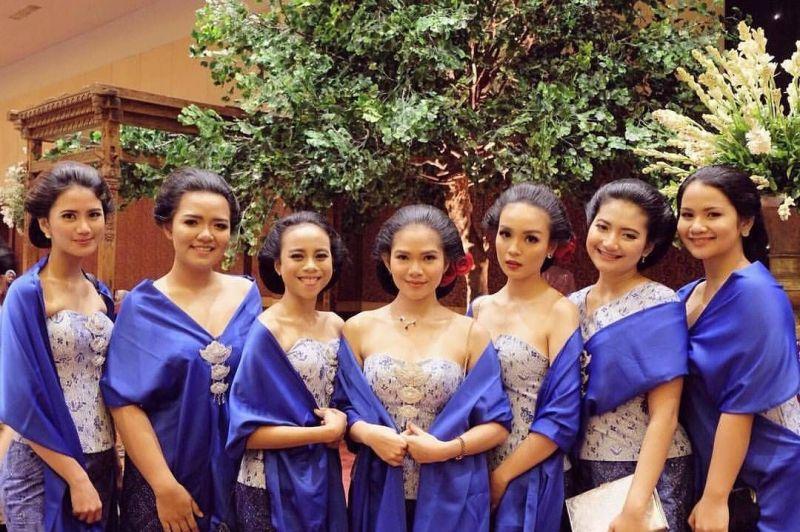 10 Cara Cantik Mendandani Bridesmaid di Pernikahan Tradisional Gambar 17