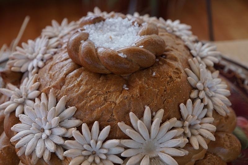 Brot und Salz: Das traditionelle Einweihungsgeschenk
