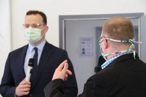 Minister Jens Spahn im Dialog mit den Servicepunkten