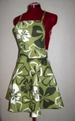 Blommigt förkläde med klockad nederdel