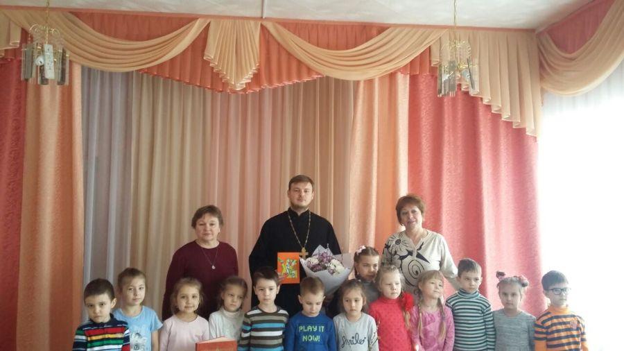 Священник провел встречи о праздновании Христова Воскресения