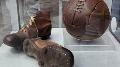 bola e chuteira, modelo utilizado por ingleses na origem do futebol conforme conhecemos