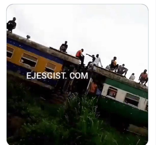 Video: Nigerians Risk their lives,   hanging on Train  in Lagos