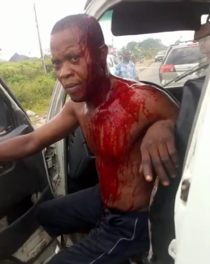 Panic As Police Officer Hammers Bus Driver's Head over ₦200 Bribe
