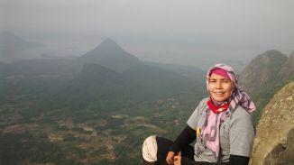 Gunung-gunung di seberang. (doc Alief Ridwan)