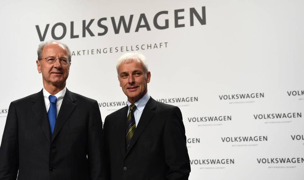 El presidente de Volkswagen, Matthias Müller, y el de su Consejo de Supervisión, Hans Dieter Pötsch, en una rueda de prensa en Wolfsburgo (Alemania) en diciembre de 2015.