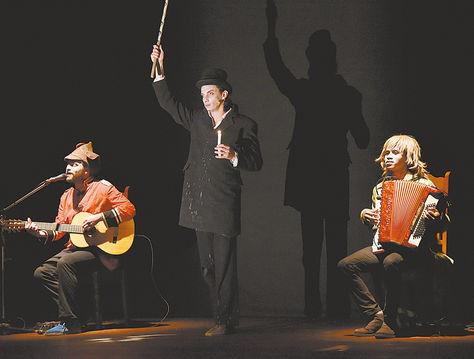 Escena. El actor Gianfranco Berardi, flanqueado por los músicos Davide Berardi y Bruno Galeone.