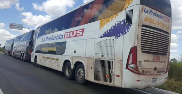 Estos son los buses bolivianos que fueron detenidos el pasado jueves, se descartó que su traslado tenga que ver con las manifestaciones en Brasil