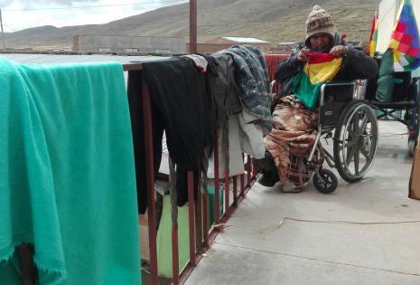Aprovecharon la infraestructura para secar sus frazadas, ropas y colchones.