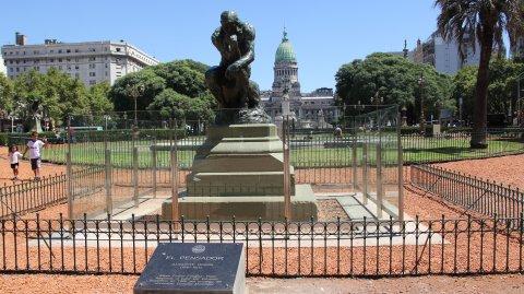 La estatua de Auguste Rodin se encuentra ubicada en la Plaza Mariano Moreno.