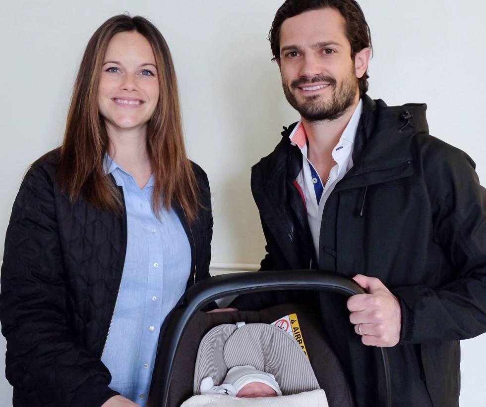 Carlos Felipe y Sofia de Suecia, con el pequeño príncipe Alejandro, ayer al salir del hospital.