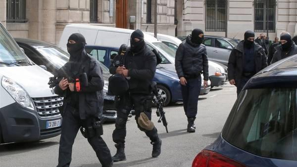 Policías franceses en el Palacio de Justicia en París aguardan la llegada del terrorista Salah Abdeslam. /AP