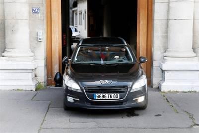 Fuerzas de seguridad abandonan en coche el número 36 de Quai des Orfevres, histórica sede de la Policía Judicial de París, junto al Palacio de Justicia, donde el sospechoso Salah Abdeslam comparece ante el juez en París. /EFE
