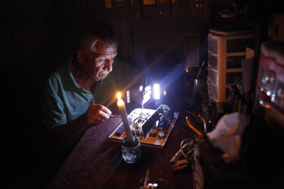 Un hombre en Caracas durante un corte de luz. rn