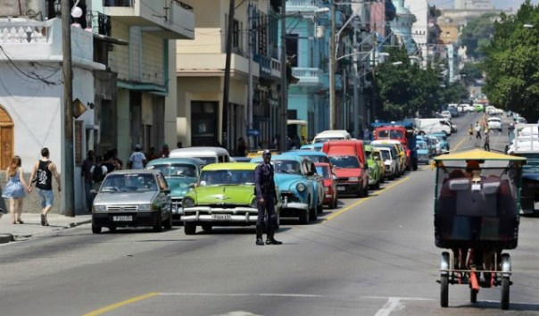 Decenas de autos permanecen atascados hoy, 28 de abril de 2016, en una calle de La Habana (Cuba), producto de los cierres de vías realizados por el rodaje de la saga hollywoodense