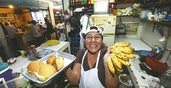 una boliviana modelo eli ha logrado ingresar al grupo de ingresos medios por su cuenta Por 18 años, ha trabajado más de 12 horas diarias en su snack para lograr comprar una casita
