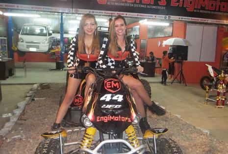 Glenda Aquilar y Érika Martínez (Engimotors). Este dúo de rubias derrochó mucho carisma desde su espacio