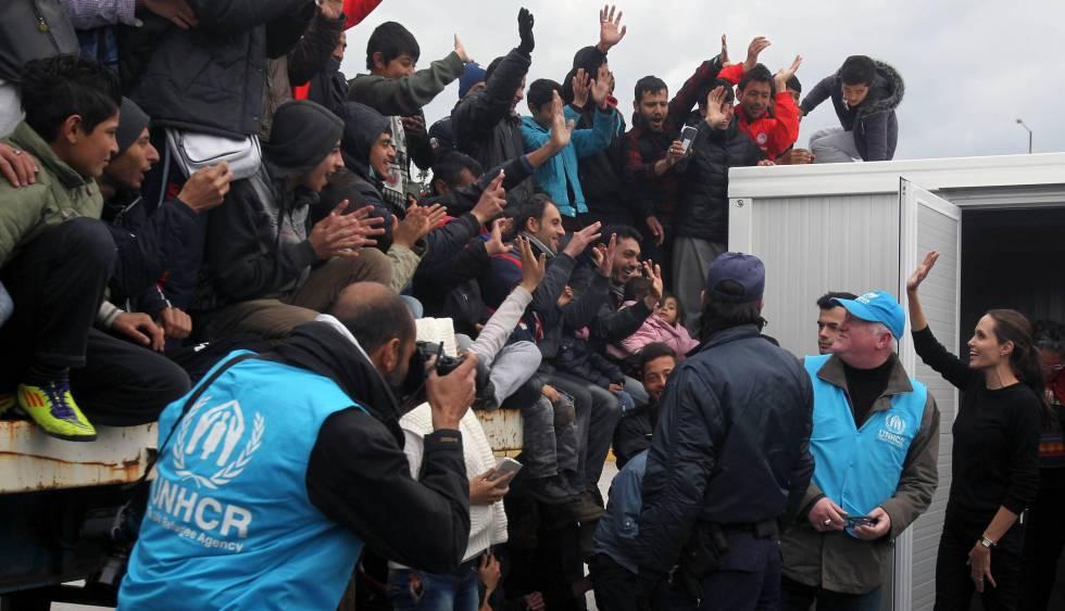Angelina Jolie (a la derecha), durante su visita a un campo temporal de refugiados en Grecia el pasado marzo.