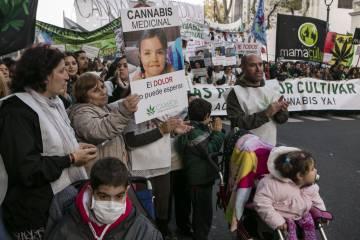 Al frente, la niña Josefina. Sus padres han conseguido que el plan de salud les pague el tratamiento.