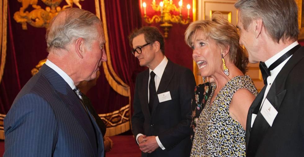 Emma Thompson, entre Colin Firth y Jeremy Irons, charla con el príncipe Carlos en la recepción a los actores británicos ganadores de un Oscar.