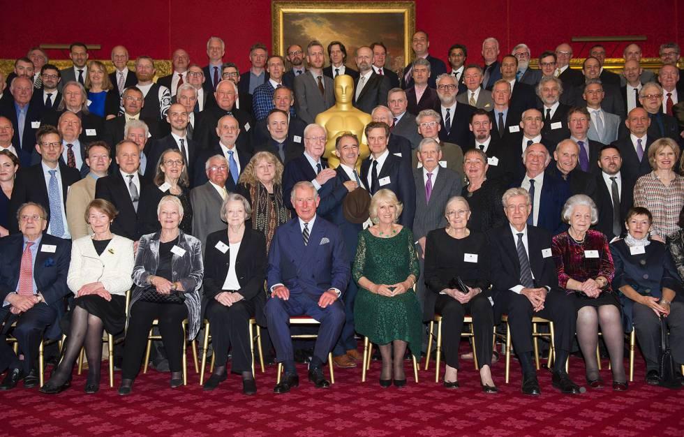 El príncipe Carlos y su esposa Camilla (abajo en el centro), junto a algunos de los actores británicos que acudieron a la recepción en Londres.