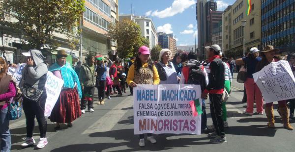 Cientos de comerciantes marcharon en La Paz exigiendo cambios tributarios. El sector está dividido