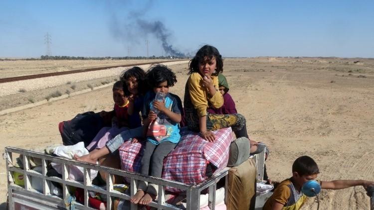 Los niños iraquíes escapan de una zona en combates