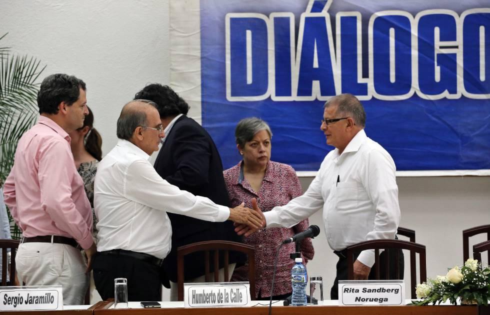 De la Calle saluda a Rodrigo Granda, de las FARC, este jueves.