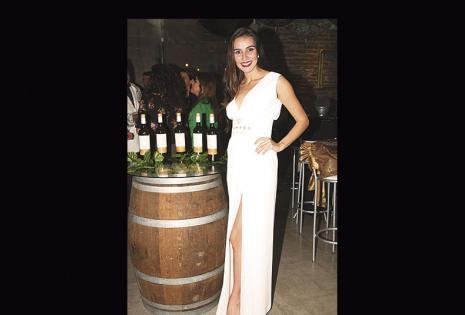 La modelo Marcela Oyola fue la encargada de recibir a los invitados a la velada