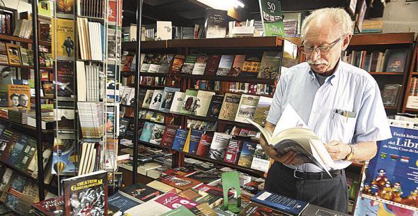 Peter Lewy en su librería Lewylibros, ubicada en la calle Junín. Con 52 años de carrera, piensa en cerrar