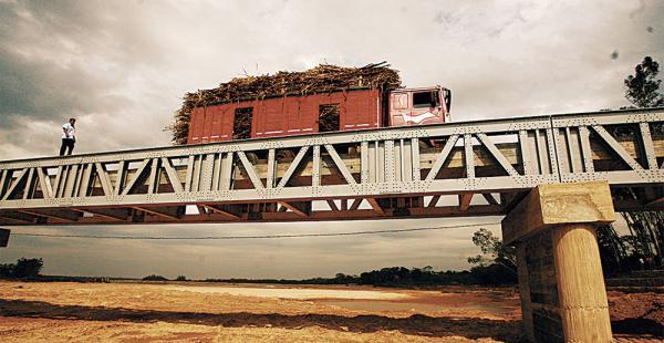 La madera del puente está deteriorada por el paso de camiones con exceso            de carga