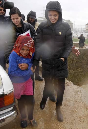 Angelina Jolie junto a refugiados sirios en una visita como embajadora de las Naciones Unidas.