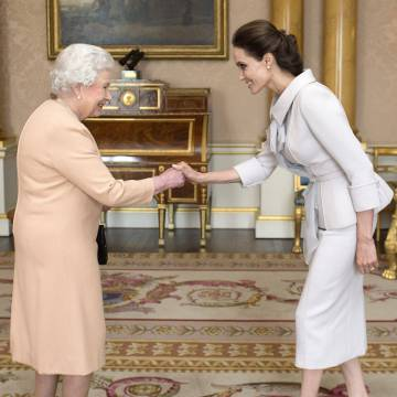La Reina Isabel II y Angelina Jolie en la entrega del título honorífico de dama de honor.
