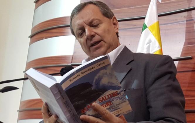 Presidente del Senado le envía un libro de historia al canciller Muñoz y le pide que se ilustre