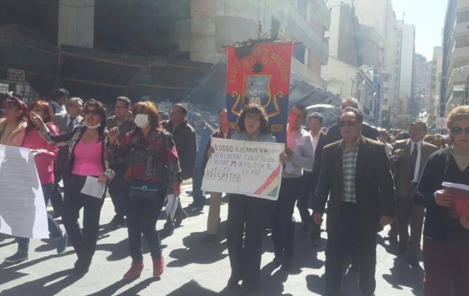 Masiva marcha de abogados expresa respaldo a Eduardo León y pide independencia judicial