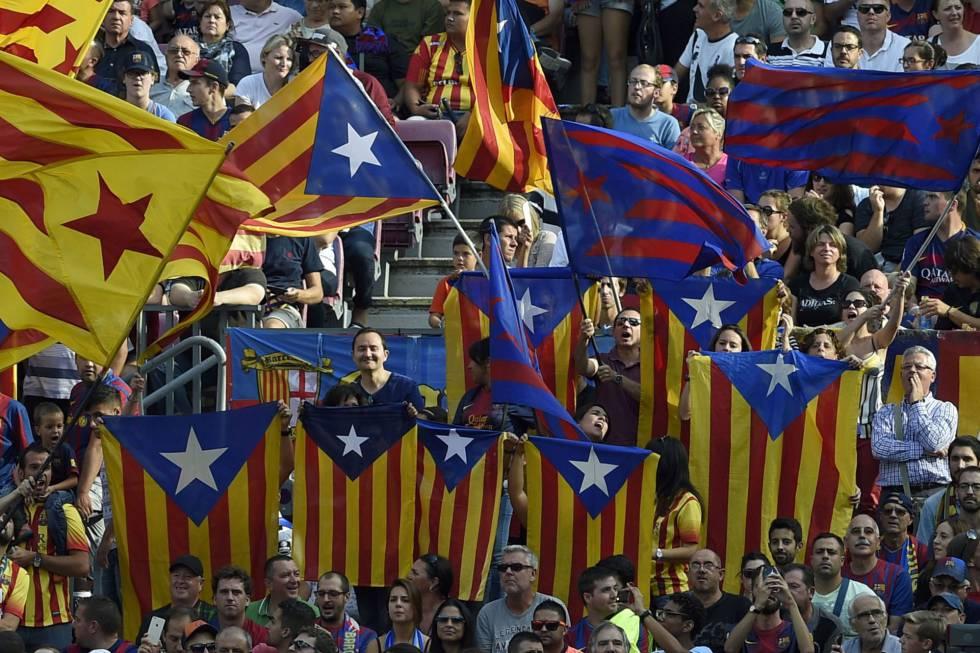 Seguidores del Barcelona con esteladas en el Camp Nou.
