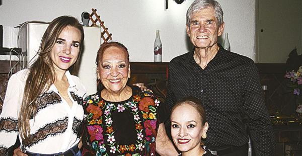La cumpleañera (de flores) al lado de su esposo Richard Jackson y sus amigas Marthy Méndez y Roxana Guerrero