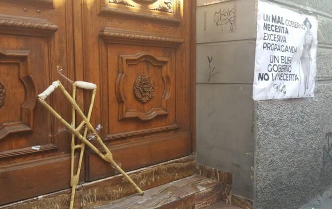 Discapacitados protestan por gasto en propaganda del Gobierno y le dejan muletas a la ministra Paco