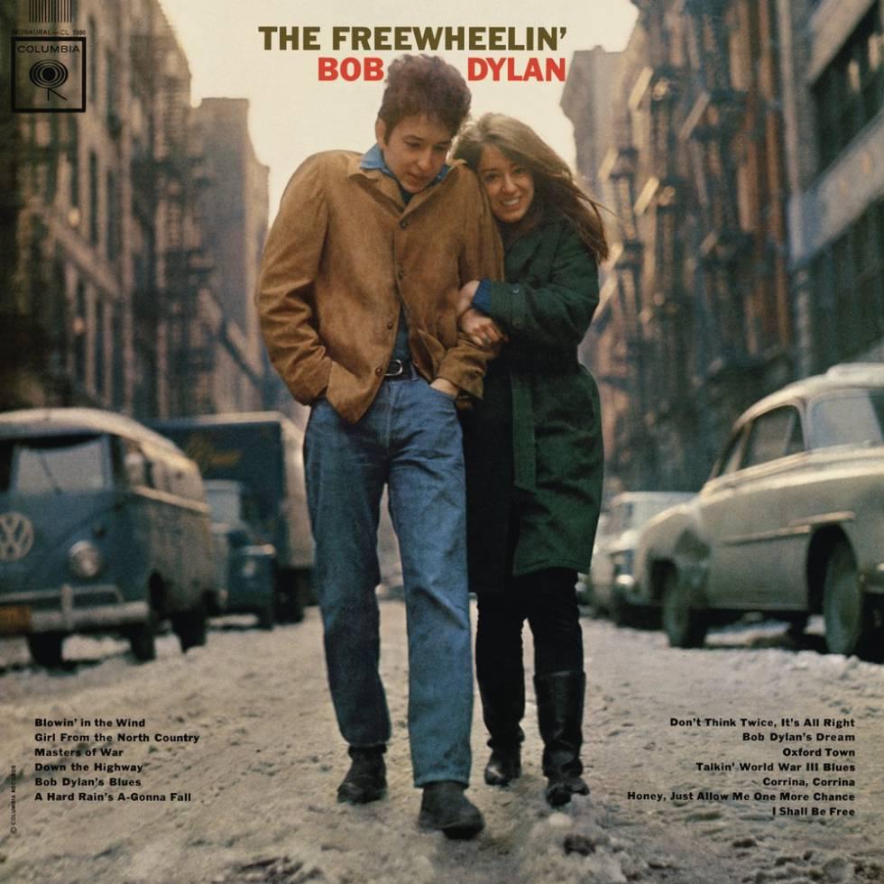 'The Freewheelin' (1963) es el segundo disco de Dylan. Se abre con 'Blowin in the wind' y contiene canciones como la cálida y emocionante 'Don't think twice it's allright'. En la portada, el cantautor aparece con Suzy Rotolo –fallecida en 2011–: una artista estadounidense con la que estuvo de 1961 a 1964.