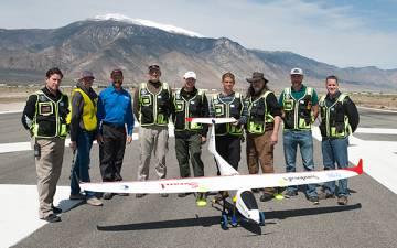 El equipo de investigadores que lleva a cabo, en el desierto de Nevada (EE UU), las primeras pruebas experimentales de aeronaves no tripuladas que depositan en las nubes distintos elementos para provocar la lluvia o para evitarla.